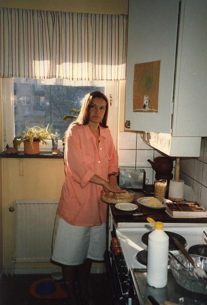 Anki bakar paj i vår lägenhet på Studentvägen.