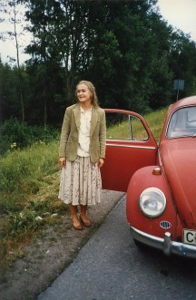 Anki och vår första bil, en gammal bubbla med opålitlig startmotor. Tror att vi köpte den för 500 kronor.
