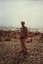 Jag på stranden i Caen. Med Elvis Costello-tshirt. Där såg jag en ung kvinna som saknade sin ena hand.