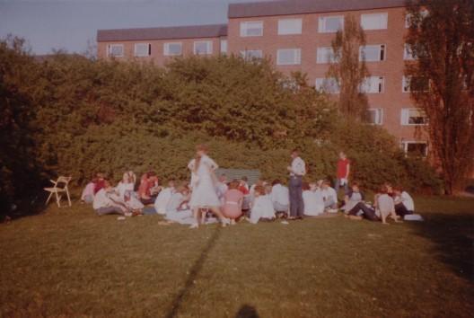 Studentvägen. Ännu en fest. Nu på gräsmattan.