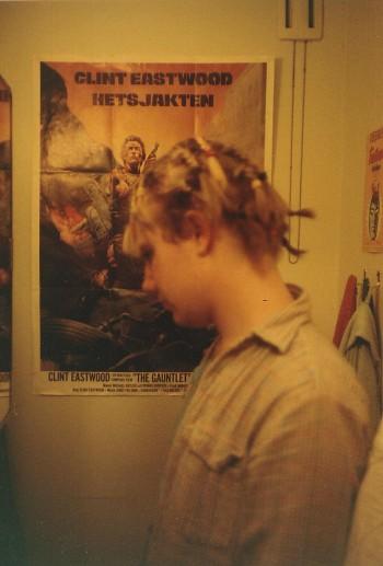 I toaletten i mitt studentrum. Anki hade flätat mitt hår. Fråga mig ej varför.