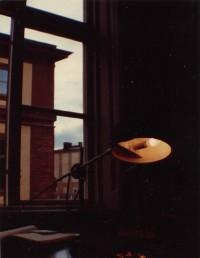 """Sitter och pluggar i biblioteket på gamla Historicum. Från det här fönstret såg jag Ingmar Bergman regissera begravningsscenen i """"Fanny och Alexander""""."""